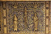 EuropeEurope/France/Auvergne/63/Puy-de-Dôme/Mozac: L'église de Mozac (ancien abbaye fondée par Saint-Calmin au 7ème siècle) - Détail de la châsse de Saint-Calmin (1168) représentant la crucifixion du Christ