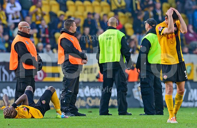 Fussball, 2. Bundesliga, Saison 2013/14, 34. Spieltag, Armina Bielefeld, Sonntag (11.05.14), Dresden, Gluecksgas Stadion. Dresdens Mickael Pote (li.) und Anthony Losilla nach dem Abstieg.