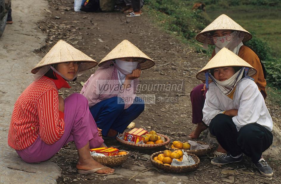Asie/Vietnam/env d'Halong: vendeuses de fruits et de gateaux de haricots