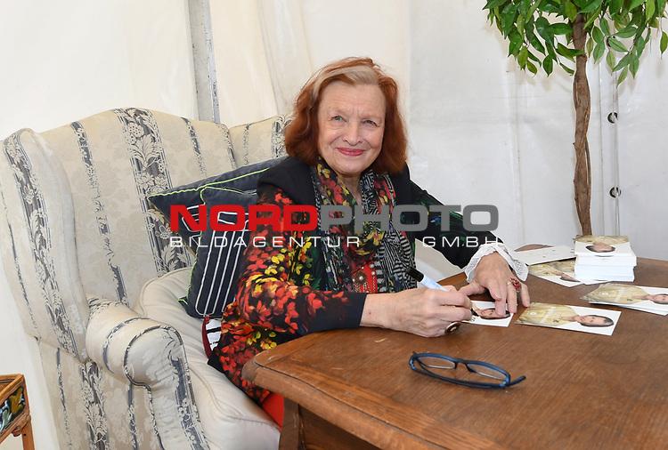 07.07.2019,  Lueneburg, Rote Rosen Fantag,  im Bild Brigitte Antonius bei der Autogramm-Stunde Foto © nordphoto / Witke