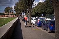 Una ciclista in un viale nel centro storico