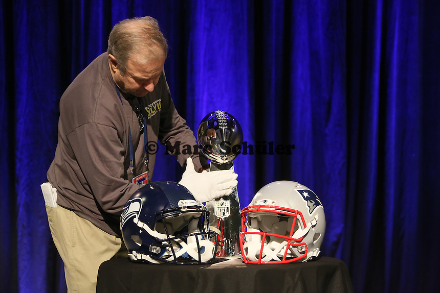 Helme der beiden Teams Seattle Seahawks und New England Patriots mit der Vince Lombardi Trophy werden aufgestellt - Don Shula High School Coach of the Year Award, Super Bowl XLIX, Convention Center Phoenix