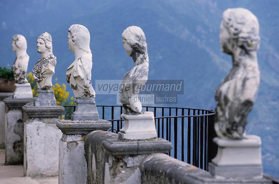 Europe/Italie/Côte Amalfitaine/Campagnie/Ravello : La villa Cimbrone (érigée au début du XIX° par Lord William Bechett) - Statues du belvédère du jardin