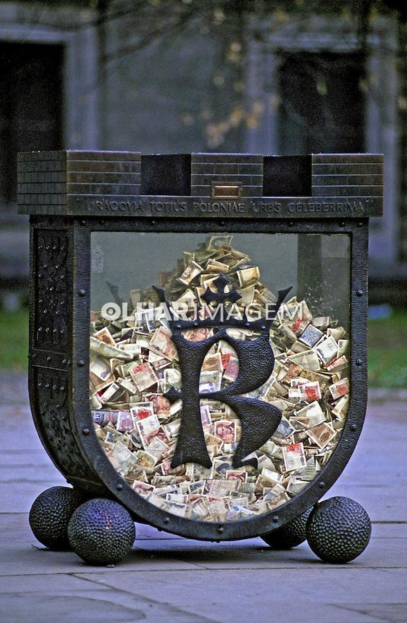 Contribuição em dinheiro, Cracóvia. Polônia. 1994. Foto de João Caldas.