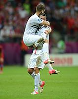 FUSSBALL  EUROPAMEISTERSCHAFT 2012   VIERTELFINALE Tschechien - Portugal              21.06.2012 Miguel Veloso (li, Portugal) und Cristiano Ronaldo (re, beide Portugal) jubeln nach dem Abpfiff