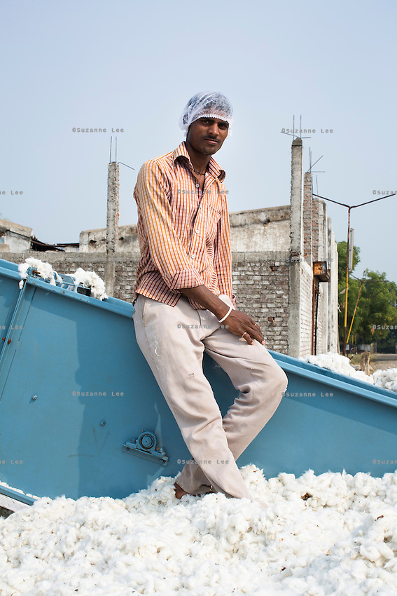 Workers waiting for the next tractor-load of cotton at a  ginning factory contracted by Pratibha, a Fairtrade-certified establishment, in Maheshwar, Khargone, Madhya Pradesh, India on 13 November 2014. Photo by Suzanne Lee for Fairtrade