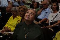 Milano: una signora assiste alla messa in onore del nuovo arcivescovo di Milano Angelo Scola