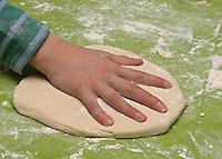 Kinder basteln Kacheln aus Salzteig, Handabdruck auf Salzteig
