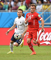 FUSSBALL WM 2014  VORRUNDE    GRUPPE E     Schweiz - Frankreich                   20.06.2014 Yohan Cabaye (li, Frankreich) gegen Xherdan Shaqiri (re, Schweiz)