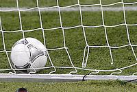 FUSSBALL  EUROPAMEISTERSCHAFT 2012   FINALE Spanien - Italien            01.07.2012 Im Tornetz klafft ein kleines Loch, verursacht durch Mario Balotelli