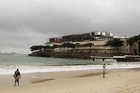 Rio de Janeiro,8 de Junho de 2012- Movimenta&ccedil;&atilde;o na  praia de Copacabana ,nessa sexta-feira (8), tempo chuvoso, na  capital  fluminense .<br /> Guto Maia / Brazil Photo Press