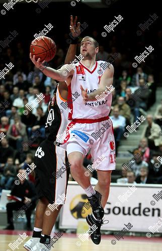 2009-03-28 / Basketbal / Antwerp Giants - Leuven / Christophe Beghin scoort voor Antwerpen..Foto: Maarten Straetemans (SMB)