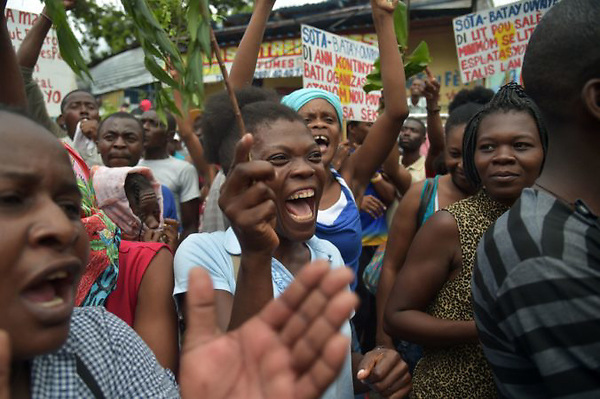 Workers march in the streets of Port-au-Prince  June 26, 2017, to ask for an increase in the minimum wage salary in Haiti.  The minimum wage salary is 300 gourdes per day ($4.7 USD) and workers are calling for a minimum wage salary of 800 gourdes per day ($12.5 USD). / AFP / HECTOR RETAMAL