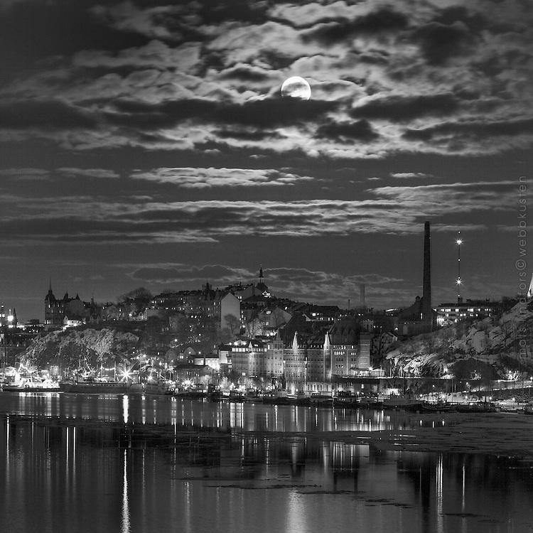 Stor fullmåne över Mariaberget på Södermalm i Stockholm. / Large full moon Mariaberget in Stockholm.