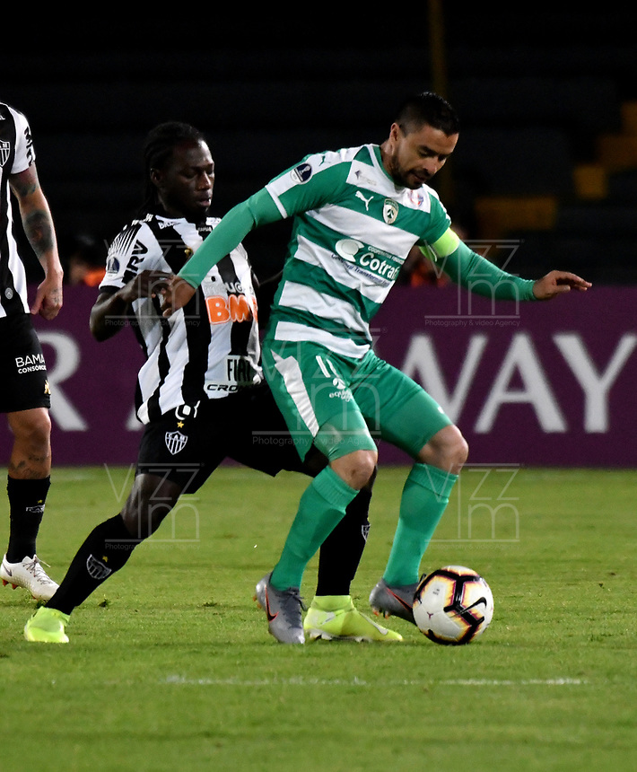 BOGOTÁ-COLOMBIA, 27-08-2019: Stalin Motta de La Equidad (COL) y Chará de Atlético Mineiro (BRA), disputan el balón, durante partido de vuelta de los cuartos de final entre La Equidad (COL) y Club Atlético Mineiro (BRA), por la Copa Conmebol Sudamericana 2019 en el estadio Nemesio Camacho El Campin, de la ciudad de Bogotá. / Stalin Motta of La Equidad (COL) and Chara of Atletico Mineiro (BRA), figths for the ball, during a match between La Equidad (COL) and Club Atletico Mineiro (BRA), of the second leg of the quarter finals for the Conmebol Sudamericana Cup 2019 in the Nemesio Camacho El Campin stadium in Bogota city. Photo: VizzorImage / Luis Ramírez / Staff.