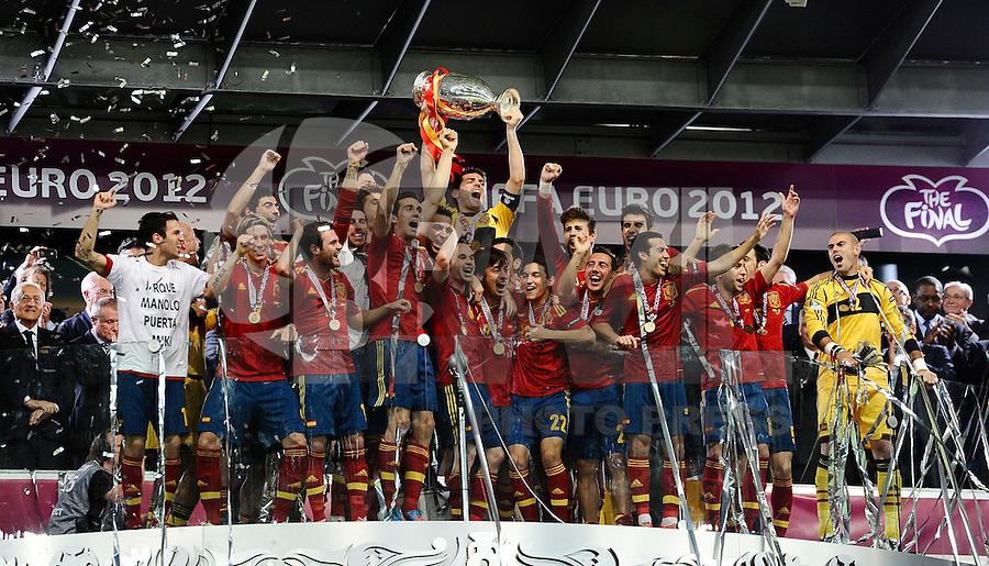 KIEV, UCRANIA, 01 JULHO 2012 - EU2012 FINAL - ESPANHA X ITALIA - Jogadores da Espanha comemoram titulo apos vencer a Italia na decisão da Euro 2012 entre Espanha e Itália, em Kiev, Ucrânia, neste domingo (01).  (FOTO: PIXATHLON / BRAZIL PHOTO PRESS).