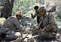 Irak 1985.Dans les zones libérées, région de Lolan, déjeuner des peshmergas sous les arbres.Iraq 1985.In liberated areas, Lolan district, lunch under the trees