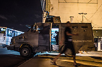 RIO DE JANEIRO, RJ ,29/03/2014 - POLICIAMENTO REFORCADO  - Caverao e uma viatura da policia militar ficam de plantao nessa noite de sabado na Rua Candido Benicio , Praca Seca em frente a comunidade  , zona oeste . <br /> Foto: Tercio Teixeira/Brazil Photo Press