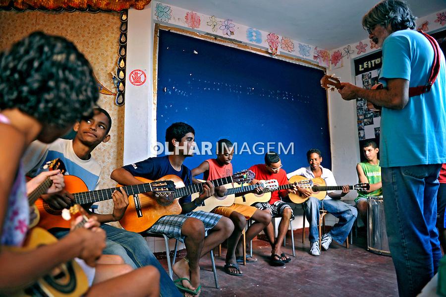 Aula de música a crianças carentes, favela Morro Dona Marta. Rio de Janeiro. 2009. Foto de Luciana Whitaker.