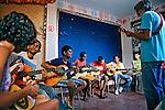 Aula de música a crianças carentes, Morro Dona Marta. Rio de Janeiro. 2009. Foto de Luciana Whitaker.