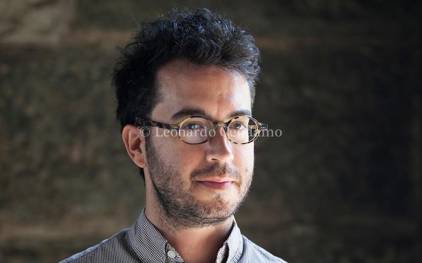 """Jonathan Safran Foer è uno scrittore e saggista statunitense. Centinaia di persone in coda sotto il sole già dal primo pomeriggio, in attesa della ...  Undici anni dopo l'ultimo romanzo, """"Molto forte incredibilmente vicino"""", il 29 agosto Foer ritorna con """"Eccomi"""". I particolari sul libro e sui suoi ... 2 Settembre 2016. © Leonardo Cendamo"""