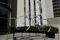 SAO PAULO, SP, 10 DE DEZEMBRO DE 2012 - Uma bicicleta de sete metros, símbolo do evento ciclístico World Bike Tour, e vista na Avenida Paulista, altura do numero 900, na manha desta segunda feira, 10. FOTO: ALEXANDRE MOREIRA - BRAZIL PHOTO PRESS.