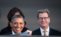 Berlin, der US-amerikanische Praesident Barack Obama (l.), seine Frau Michelle (hinten) und Aussenminister Guido Westerwelle (FDP, r.) am Dienstag (18.06.13) am Flughafen Tegel in Berlin. Foto: Maja Hitij/CommonLens