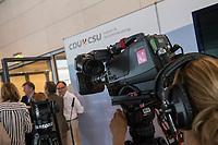 Journalisten warten vor den Fraktionsraeumen der CDU und CSU im Deutschen Bundestag, nachdem die Sitzung des Deutschen Bundestag auf Antrag der CDU/CSU-Fraktion unterbrochen wurde. Grund der Unterbrechung ist der Streit innerhalb der Union ueber den Umgang mit Fluechtlingen. Die Fraktionen tagen getrennt.<br /> 14.6.2018, Berlin<br /> Copyright: Christian-Ditsch.de<br /> [Inhaltsveraendernde Manipulation des Fotos nur nach ausdruecklicher Genehmigung des Fotografen. Vereinbarungen ueber Abtretung von Persoenlichkeitsrechten/Model Release der abgebildeten Person/Personen liegen nicht vor. NO MODEL RELEASE! Nur fuer Redaktionelle Zwecke. Don't publish without copyright Christian-Ditsch.de, Veroeffentlichung nur mit Fotografennennung, sowie gegen Honorar, MwSt. und Beleg. Konto: I N G - D i B a, IBAN DE58500105175400192269, BIC INGDDEFFXXX, Kontakt: post@christian-ditsch.de<br /> Bei der Bearbeitung der Dateiinformationen darf die Urheberkennzeichnung in den EXIF- und  IPTC-Daten nicht entfernt werden, diese sind in digitalen Medien nach &sect;95c UrhG rechtlich geschuetzt. Der Urhebervermerk wird gemaess &sect;13 UrhG verlangt.]