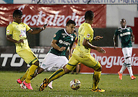 FLORIDABLANCA - COLOMBIA - 28 - 04 - 2016: Diego Amaya (Der.) jugador de Atletico Bucaramanga disputa el balón con Andres Roa (Izq.) jugador de Deportivo Cali, durante partido entre Atletico Bucaramanga y Deportivo Cali, por la fecha 15 de la Liga Aguila I-2016, jugado en el estadio Alvaro Gomez Hurtado de la ciudad de Floridablanca. / Diego Amaya (R) player of Atletico Bucaramanga vies for the ball with Andres Roa (L) player of Deportivo Cali, during a match between Atletico Bucaramanga and Deportivo Cali, for the date 15 of the Liga Aguila I-2016 at the Alvaro Gomez Hurtado Stadium in Floridablanca city Photo: VizzorImage  / Duncan Bustamante / Cont.