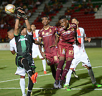 IBAGUÉ -COLOMBIA, 10-07-2015. Jader Obrian  (Der) jugador de Deportes Tolima disputa el balón con Pablo Mina (Izq) árquero del Cortulúa por la fecha 12 de la Liga Aguila II 2016 jugado en el estadio Manuel Murillo Toro de la ciudad de Ibagué. / Jader Obrian (R) player of  Deportes Tolima vies for the ball with Pablo Mina (L) goalkeeper of Cortulua for the date 12 of the Aguila League II 2016 played at Manuel Murillo Toro stadium in Ibague city. Photo: VizzorImage / Juan Carlos Escobar / Str