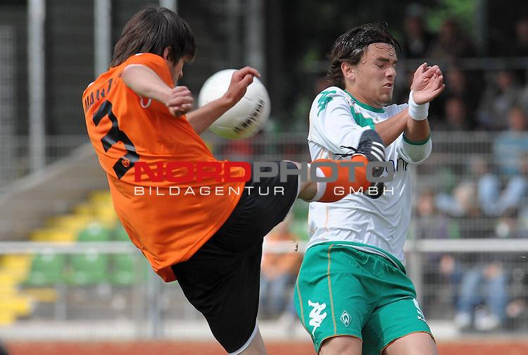 FBL 08/09 - Halbfinale U19 Deutsche Meisterschaft Rueckspiel Bremen Platz 11<br /> Werder Bremen - Mainz 05 0:3 (0:1) - Finaleinzug Mainz 05<br /> <br /> Christoph Sauter (Mainz #9)   gegen Sebastian Kmiec (Bremen #3)<br /> <br /> Foto &copy; nph (nordphoto)