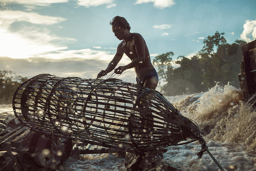 A fisherman mends his Ly trap at the Khone Phapheng falls.04/08/2013 © Thomas Cristofoletti / Ruom