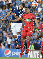 BOGOTA - COLOMBIA, 11-02-2018: Andres Cadavid (Izq) jugador de Millonarios disputa el balón con Diego Alvarez (Der) jugador de Patriotas Boyaca durante partido por la fecha 2 de la Liga Aguila I 2018 jugado en el estadio Nemesio Camacho El Campin de la ciudad de Bogotá. / Andres Cadavid (L) player of Millonarios fights for the ball with Diego Alvarez (R) player of Patriotas Boyaca during match for the date 2 of the Liga Aguila I 2018 played at the Nemesio Camacho El Campin Stadium in Bogota city. Photo: VizzorImage / Gabriel Aponte / Staff.