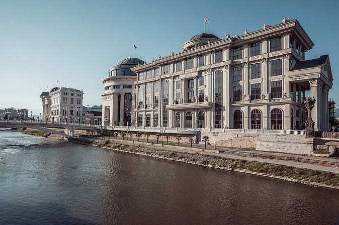 Ministerium f&uuml;r Auslandsbeziehungen, 2012 fertiggebaut(rechts)<br /><br />Ministry of Foreign Affairs (MFA), launched 2012 (r.)<br /><br />Mega-Bauprojekt &quot;Skopje 2014&quot;
