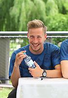 Felix Passlack (Deutschland U20) freut sich über die Glückwünsche zum Geburtstag von den Fans - 29.05.2018: Presseveranstaltung und Autogrammstunde der Deutschen U20 Nationalmannschaft im Rahmen der WM-Vorbereitung der A-Nationalmannschaft in der Sportzone Rungg in Eppan/Südtirol