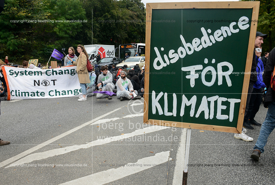 GERMANY, Hamburg city, road blocking after Fridays for future rally, poster discobedience for the climate, swedish för klimatet  / DEUTSCHLAND, Hamburg, Sitzblockaden nach Demo der Fridays-for future Bewegung Alle fürs Klima 20.9.2019