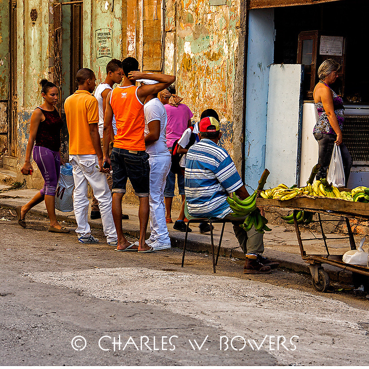 Faces Of Cuba - Guy gaggle talking about everything and nothing<br />