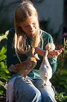 Mädchen sitzt mit Hühnerküken, Küken im Garten, Zwerghuhn, Zwerghühner, glückliche Hühner, freilaufende Hühner, artgerechte Tierhaltung, Landidylle, Idylle