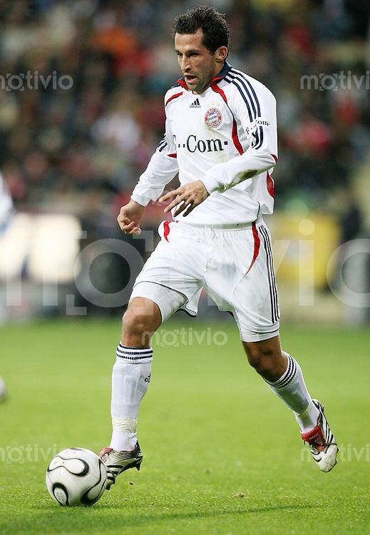 Fussball  1. Bundesliga  Saison 2006/2007 Hassan SALIHAMIDZIC (FC Bayern Muenchen), Einzelaktion am Ball