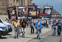 """Bilderberg-Treffen in Dresden.<br /> Verschiedene Rechte, Nazis, Pegida-Teilnehmer und Anhaenger von Verschwoerungstheorien protestierten am Samstag den 11. Juni 2016 in Dresden gegen ein Treffen der sog. """"Bilderberger"""" im Taschenberg Palais. Bei diesem Treffen, das seit 1954 stattfindet, versammeln sich Regierungenangehoerige, Mitglieder wichtiger Think-Tanks und Industrielle verschiedener westlicher Staaten zu einem geheimen Treffen um sich auszutauschen. Ergebnisse dieser Treffen werden nicht veroeffentlicht.<br /> Im Bild: Anhanger der rechten Zeitschrift """"compact"""" demonstrieren vor dem von der Polizei abgeriegelten Hotel Taschenberg Palais.<br /> 11.6.2016, Dresden<br /> Copyright: Christian-Ditsch.de<br /> [Inhaltsveraendernde Manipulation des Fotos nur nach ausdruecklicher Genehmigung des Fotografen. Vereinbarungen ueber Abtretung von Persoenlichkeitsrechten/Model Release der abgebildeten Person/Personen liegen nicht vor. NO MODEL RELEASE! Nur fuer Redaktionelle Zwecke. Don't publish without copyright Christian-Ditsch.de, Veroeffentlichung nur mit Fotografennennung, sowie gegen Honorar, MwSt. und Beleg. Konto: I N G - D i B a, IBAN DE58500105175400192269, BIC INGDDEFFXXX, Kontakt: post@christian-ditsch.de<br /> Bei der Bearbeitung der Dateiinformationen darf die Urheberkennzeichnung in den EXIF- und  IPTC-Daten nicht entfernt werden, diese sind in digitalen Medien nach §95c UrhG rechtlich geschuetzt. Der Urhebervermerk wird gemaess §13 UrhG verlangt.]"""