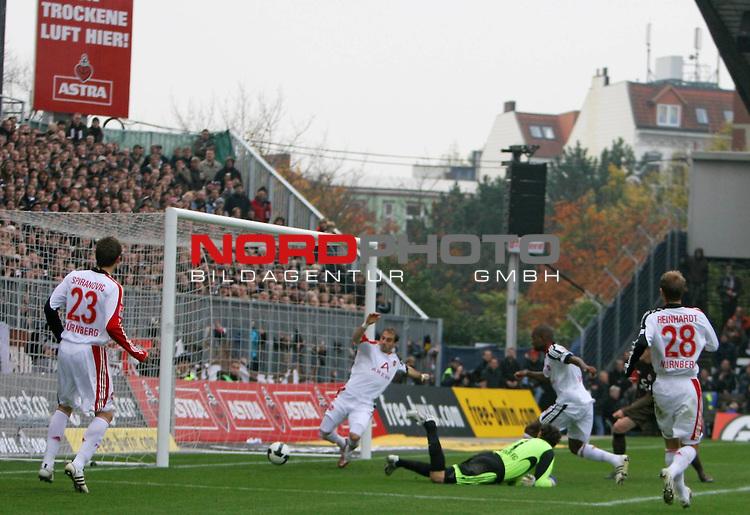 2.Liga FBL 2008/2009  11. Spieltag Hinrunde<br /> FC St.Pauli &ndash; vs. 1.FC N&uuml;rnberg 1:0<br /> <br /> Eigentor durch N&uuml;rnbergs Jose Goncalves (Nr.4) in der 47.Minute. Javier Pinola (Nr.25) auf der Linie kommt zu sp&auml;t.<br /> <br /> <br /> <br /> Foto &copy; nph (nordphoto)<br /> <br /> *** Local Caption ***