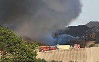 B&uuml;ttelborn 26.07.2018: Brand bei der AWS auf der M&uuml;lldeponie B&uuml;ttelborn<br /> Einsatzkr&auml;fte k&auml;mpfen mit dem Feuer auf der M&uuml;lldeponie der AWS in B&uuml;ttelborn<br /> Foto: Vollformat/Marc Sch&uuml;ler, Sch&auml;fergasse 5, 65428 R'heim, Fon 0151/11654988, Bankverbindung KSKGG BLZ. 50852553 , KTO. 16003352. Alle Honorare zzgl. 7% MwSt.