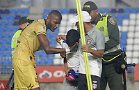 SANTA MARTA - COLOMBIA, 06-10-2019: Un niño es consolado por Carlos Ramirez de Rionegro después de haber ingresado al campo de juego durante el partido por la fecha 15 de la Liga Águila II 2019 entre Unión Magdalena y Rionegro Águilas jugado en el estadio Sierra Nevada de la ciudad de Santa Marta. / A boy is comforted by Carlos Ramirez of Rionegro after entering the field during match for the date 15 as part Aguila League II 2019 between Union Magdalena and Rionegro Aguilas played at Sierra Nevada stadium in Santa Marta city. Photo: VizzorImage / Gustavo Pacheco / Cont