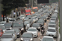 SÃO PAULO, SP, 29.07.2016 – TRÂNSITO-SP - Transito congestionado na Av. Moreira Guimarães, próximo ao aeroporto de Congonhas, zona sul de São Paulo na tarde desta sexta feira. (Foto: Levi Bianco/Brazil Photo Press)