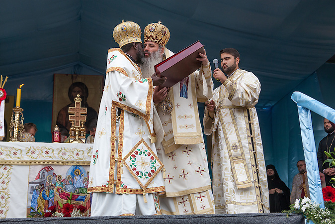His Eminence Teofan, Archbishop of Iasi and Metropolitan of Moldova and Bucovina, offer a present to his Eminence Innocent Bishop of Burundi and Rwanda, October 14, 2013, in Iasi, during a holy mess dedicated to Saint Parascheva.