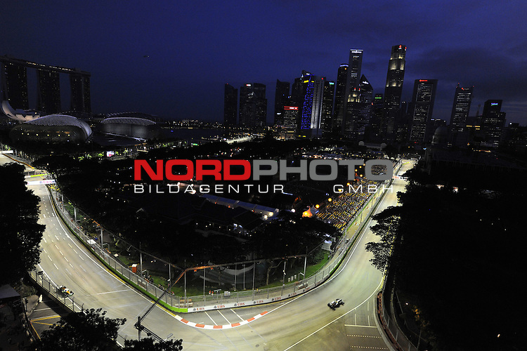 19.-22.09.2013, Marina-Bay-Street-Circuit, Singapur, SIN, F1, Grosser Preis von Singapur, Singapur, Nico Rosberg (GER), Mercedes GP - Paul di Resta (GBR), Force India <br />  Foto &copy; nph / Mathis
