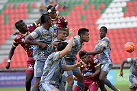 IBAGUÉ -COLOMBIA, 26-01-2016: Jugadores de Tolima y Tigres saltan por el balón durante el encuetnro entre Deportes Tolima y Tigres FC por la fecha 11 de la Liga Águila I 2017 jugado en el estadio Manuel Murillo Toro de Ibagué./ Players of Tolima and Tigres jump foir the ball during the match between Deportes Tolima and Tigres FC  for date 11 of the Aguila League I 2017 played at Manuel Murillo Toro stadium in Ibague city. Photo: VizzorImage / Juan Carlos Escobar / Cont