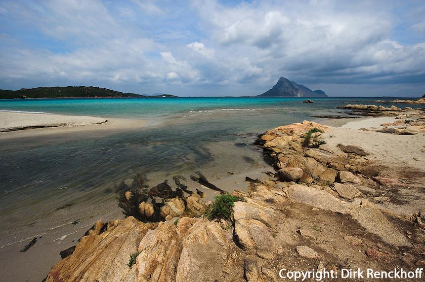 Blick auf Insel Tavolara, Strand von Vaccileddi, Gallura, Provinz Olbia-Tempio, Nord-Ost Sardinien, Italien