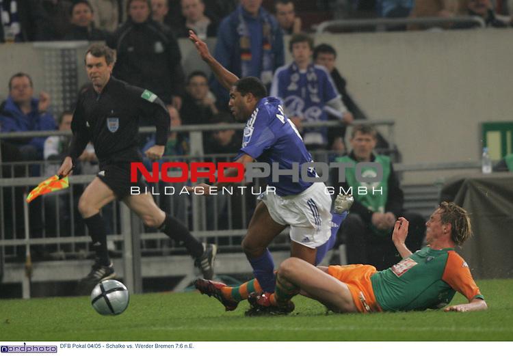 DFB Pokal 2004/2005 - Halbfinale<br /> FC Schalke 04 vs. Werder Bremen 7:6 n.E.<br /> <br /> Ailton (links) von Schalke 04 wird von Tim Borowski (rechts) von Werder Bremen gefoult.<br /> <br /> Foto &copy; nordphoto - Ruediger Lampe<br /> <br />  *** Local Caption *** Foto ist honorarpflichtig! zzgl. gesetzl. MwSt.<br /> Belegexemplar erforderlich<br /> Adresse: nordphoto<br /> Georg-Reinke-Strasse 1<br /> 49377 Vechta