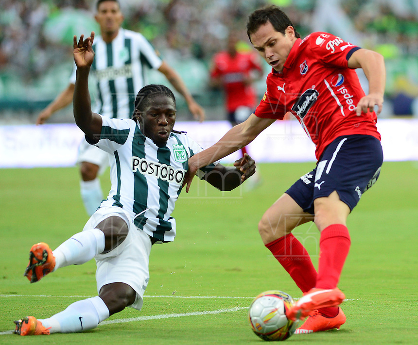 MEDELLÍN -COLOMBIA-13-12-2015: Yimmi Chara (Izq.) jugador de Atlético Nacional disputa el balón con Hernan Hechalar (Der.) jugador de Independiente Medellin durante partido de vuelta entre Atletico Nacional e Independiente Medellin por las semifinales de la Liga Aguila II 2015, jugado en el estadio Atanasio Girardot de la ciudad de Medellin. / Yimmi Chara (L) player of Atletico Nacional fights for the ball with Hernan Hechalar (R) player of Independiente Medellin during a match for the second leg between Atletico Nacional and Independiente Medellin  for the semifinals of the Liga Aguila II 2015 at the Atanasio Girardot stadium in Medellin city. Photo: VizzorImage/León Monsalve/ Str